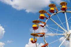 Gigante Ferris Wheel In Fun Park en el cielo azul Fotos de archivo
