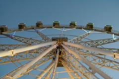 Gigante Ferris Wheel In Fun Park en el cielo nocturno Fotografía de archivo