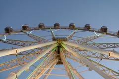 Gigante Ferris Wheel In Fun Park en el cielo nocturno Fotos de archivo libres de regalías