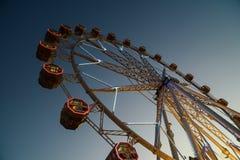 Gigante Ferris Wheel In Fun Park en el cielo nocturno Imágenes de archivo libres de regalías