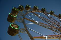 Gigante Ferris Wheel In Fun Park en el cielo nocturno Imagen de archivo libre de regalías