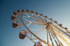 Gigante Ferris Wheel In Fun Park en el cielo nocturno Fotos de archivo