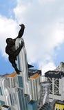 Gigante Gorilla Holding un ejemplo de la torre de la muchacha libre illustration