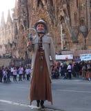 Gigante na frente de Segrada Familia, Barcelona imagem de stock