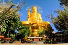 Gigante que senta a Buda dourada , Dalat, Vietname Imagens de Stock Royalty Free