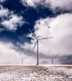 Gigante Windills nel vento Fotografia Stock