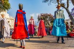 Gigantes跳舞在中央广场,安提瓜岛,危地马拉 免版税图库摄影