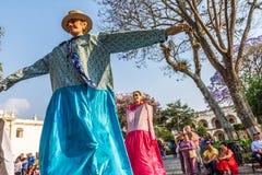 Gigantes跳舞在中央广场,安提瓜岛,危地马拉 免版税库存图片