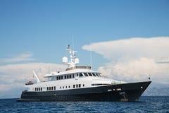 Gigantisch groot en groot luxe megajacht met helikopter het landen Royalty-vrije Stock Fotografie
