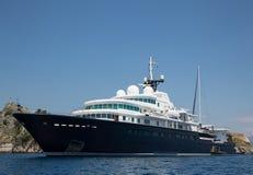 Gigantische große und große Luxusyacht mit Segelboot und helicopte Stockbild