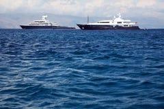 Gigantische große und große Luxusyacht mit Segelboot und helicopte Stockbilder