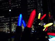 Gigantische Kleurrijke Kerstmislichten tegen Stadsgebouwen Stock Foto's