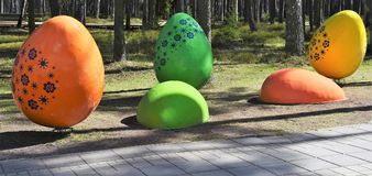 Gigantische verzierte Ostereier in einem allgemeinen Park Lizenzfreies Stockfoto