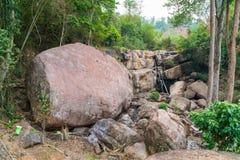 Gigantischer Stein im Wald von Thailand lizenzfreies stockbild