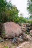 Gigantischer Stein im Wald von Thailand lizenzfreie stockbilder