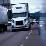 Gigantisk främre sikt för stor lastbil för rigg modern halv på multy li för afton Royaltyfria Foton