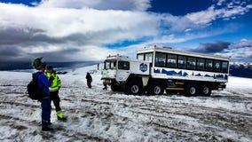 Gigantisk islastbilridning på glaciären royaltyfri bild