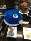 Gigantisk kaka för kaka arkivfoton