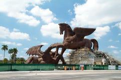 Gigantisk lag av Pegasus som dräpar draken Arkivbild