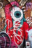 Gigantisk varelse med det stora ögat, grafittiväggkonst, London UK Royaltyfri Foto