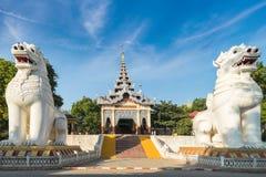 Gigantiska Bobyoki Nat förmyndarestatyer på den Mandalay kullen myanmar Arkivfoto