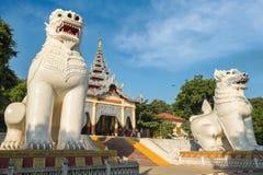 Gigantiska Bobyoki Nat förmyndarestatyer på den Mandalay kullen myanmar arkivbild
