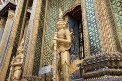 Gigantyczna brama Utrzymuje rzeźbę przy Uroczystym pałac Zdjęcie Royalty Free