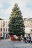 Gigantyczna choinka z prezent etykietką w Covent Garden rynku, Londyn, UK zdjęcie stock
