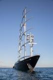 Gigantyczna duża żeglowanie łódź, jacht w błękitnym morzu lub Obrazy Royalty Free