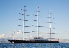 Gigantyczna duża żeglowanie łódź, jacht w błękitnym morzu lub Obraz Royalty Free
