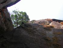 Gigantyczna skała z otwartym niebem zdjęcia royalty free