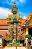 Gigantyczna statua przy świątynią Szmaragdowy Buddha, Wata phra kaew, Uroczysty pałac, Bangkok, Tajlandia Fotografia Royalty Free