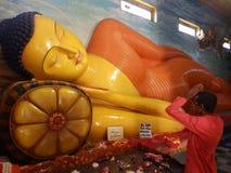 Gigantyczna statua spać Buddha w Sri Lanka Obraz Stock
