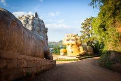 Gigantyczne chińskie lew statuy przy Wang Stawiają Tarn herbaty gospodarstwa rolnego Mae salong, Chiang Raja prowincja, Tajlandia fotografia royalty free