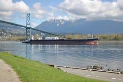 Gigantyczne Freighter przepustki Pod lew bramy mostem Fotografia Royalty Free