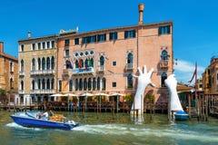 Gigantyczne ręki wzrastają od kanał grande w Wenecja Fotografia Royalty Free