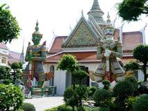Gigantyczne statuy charaktery od Ramakian pojawiać się dobrowolnie w arun świątyni Thailand fotografia stock