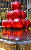 Gigantyczni boże narodzenie ornamenty w środku miasta Manhattan Zdjęcie Royalty Free