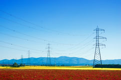 Gigantyczni elektryczność pilony w wsi zdjęcia royalty free
