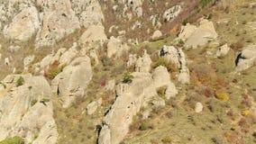 Gigantyczni głazy na wzgórzu strzał Niezwykłe rockowe formacje zbiory wideo