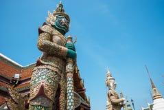 Gigantyczni trwanie demony chroni w Uroczystym pałac Zdjęcie Royalty Free