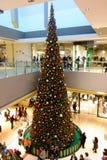 Gigantyczni Xmas zakupy centrum handlowego Drzewni boże narodzenia Obrazy Royalty Free