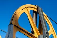 Gigantyczny żółty pulley koło na wagonie kolei linowej zdjęcia royalty free