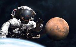 Gigantyczny astronauta i mały Mars fotografia royalty free