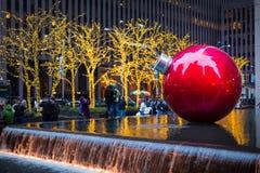 Gigantyczny Bożenarodzeniowy bauble na Nowy Jork Obraz Royalty Free