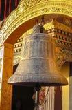 Gigantyczny buddyjski modlitewny dzwon przy Boudhanath stupą, Kathmandu, Nepal obraz royalty free