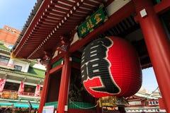 Gigantyczny czerwony lampion wieszał w Sensoji świątyni Obraz Stock