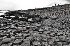 Gigantyczny droga na grobli Irlandia w Czarny i biały zdjęcie royalty free