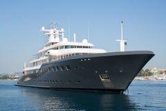 Gigantyczny duży luksusowy mega lub super motorowy jacht Inwestycja dla mi Obrazy Stock
