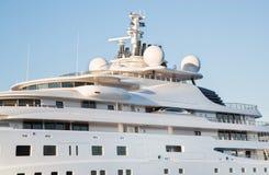 Gigantyczny duży, wielki luksusowy motorowy jacht na o i Zdjęcia Royalty Free